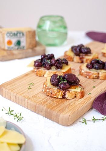 Bruschettas au Comté et raisins rôtis