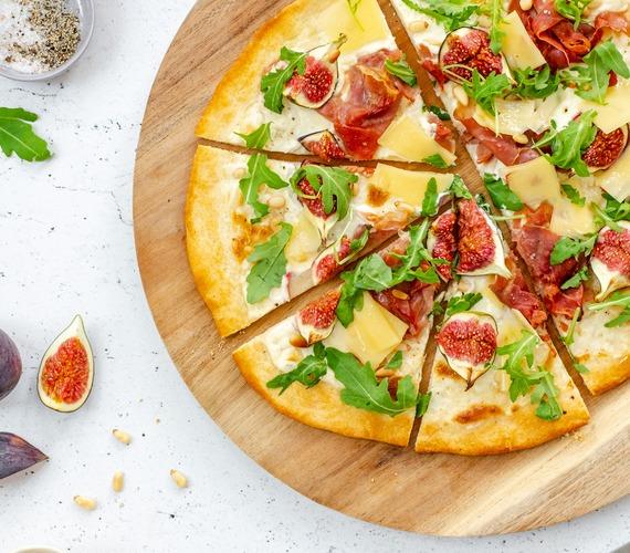 Witte pizza met vijgen, prosciutto en Comté