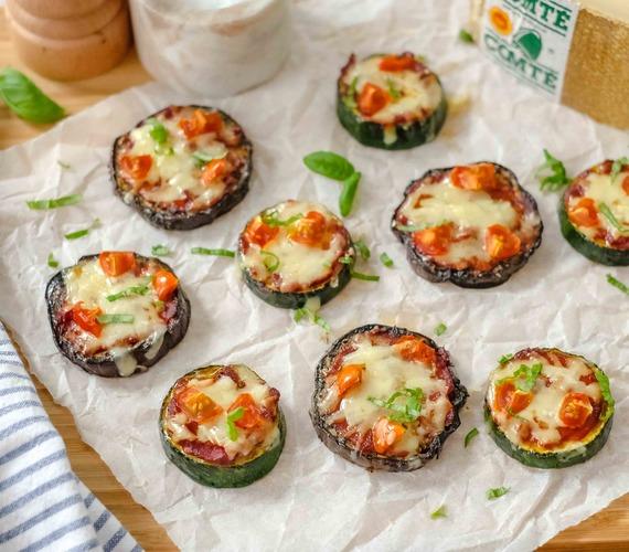 Mini-pizzas de courgettes et d'aubergines grillées et Comté