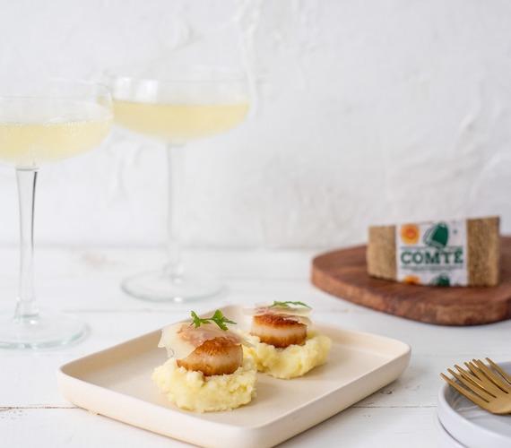 Sint-jakobsschelpen op geprakte aardappel en Comté